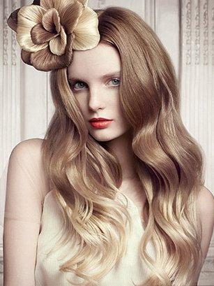 Блонда в белых бикини